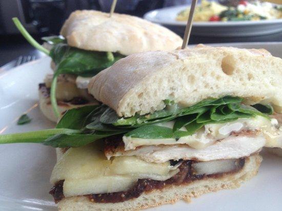 Earl's Restaurant: Delicious chicken, fig, brie sandwich