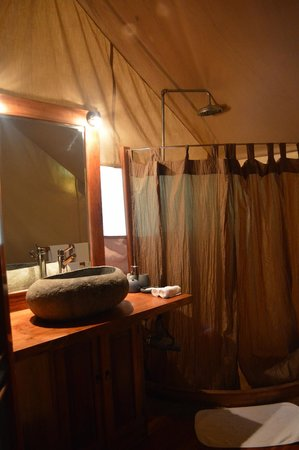 Galapagos Safari Camp : The personal bathrooms, comes with a hot water shower with great pressure