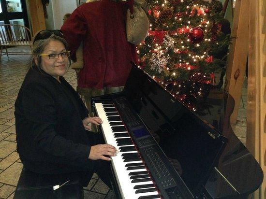 Cedar Meadows Resort & Spa: Piano in main lobby