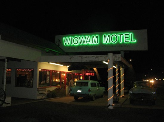Wigwam Motel: Neon Sign