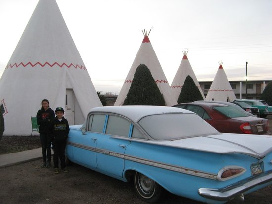 Wigwam Motel : Classic Cars Outside Teepees