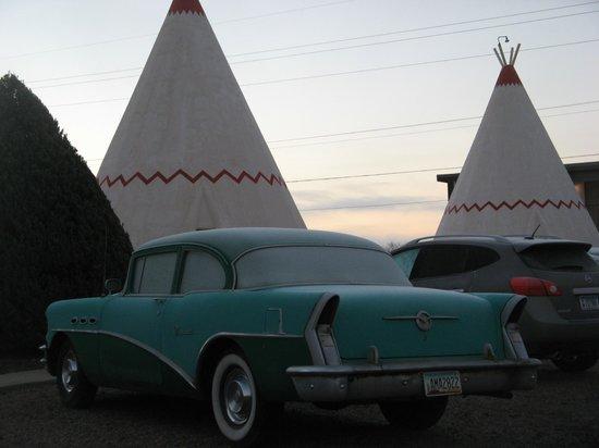 Wigwam Motel: Classic Car
