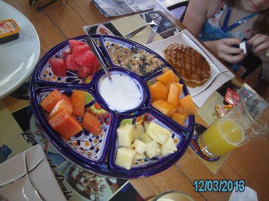 Le Petit Paris: Delicious, fresh fruit platter with yogurt and granola
