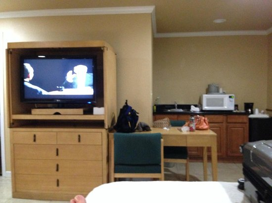 Everglades City Motel : New flat screen, table for eating with refrig and micro.