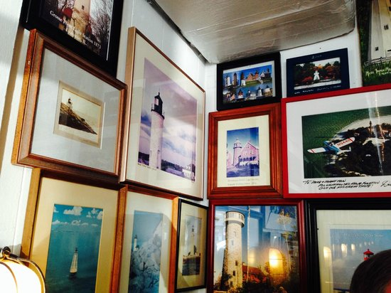 Lighthouse Cafe: Lighthouse pictures on the wall!