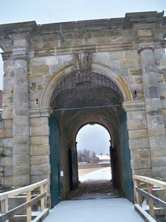 Fort Washington Park: Entrance across the moat on the old drawbridge into the fort