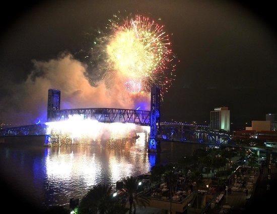Hyatt Regency Jacksonville Riverfront : Jacksonville Light Boat Parade & Fireworks Spectacular