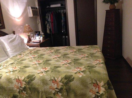Kona Kai Motel : Bedroom looking from entry door