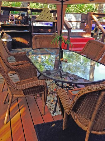 Kona Kai Motel: Outdoor table and chairs and bbq grill by the pool area