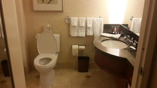 San Francisco Marriott Marquis: Baño normalmente equipado