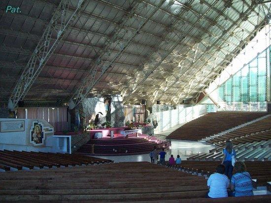 Santuario de la Virgen de Lourdes: Interior amplísimo y luminoso.
