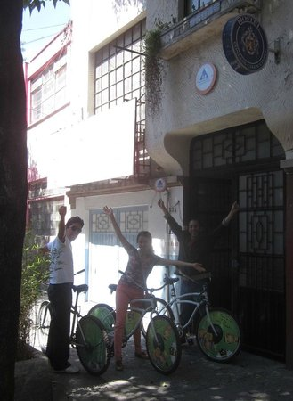 Hostel Condesa Chapultepec: Hostel facade, group ready to ride with hostel bike rental service
