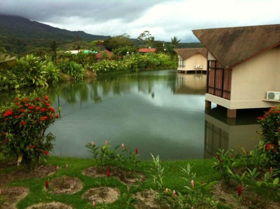 Hotel Montaña de Fuego Resort & Spa: Lake within the hotel facilities