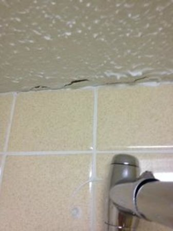 Clarion Inn Michigan City : Cracked and peeling ceiling throughout the room and bathroom