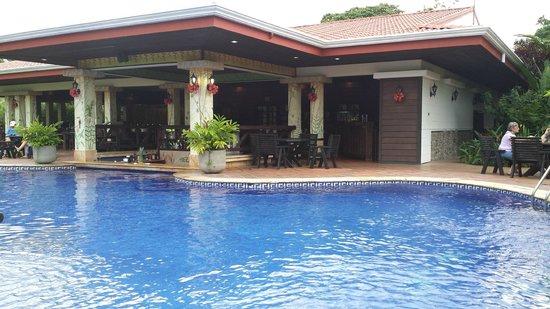 Volcano Lodge & Springs : Pool next to Suri Restaurant