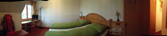 Gasthof Hirschen: Habitación muy confortable. Buen detalle los chocolates suizos en la cama :)