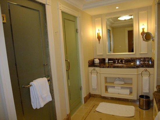 Fairmont Grand Hotel Kyiv: Ванная