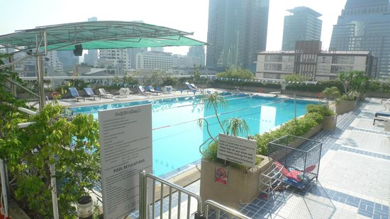 Trinity Silom Hotel: Swimming pool at trinity complex