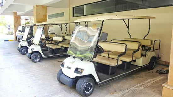 Sokhalay Angkor Villa Resort: they golf carts they ferry you around in to tyour room and back