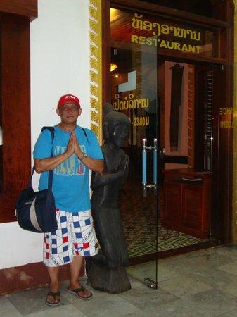 Xiengthong Palace: Champasak Palace Hotel restaurant entrance
