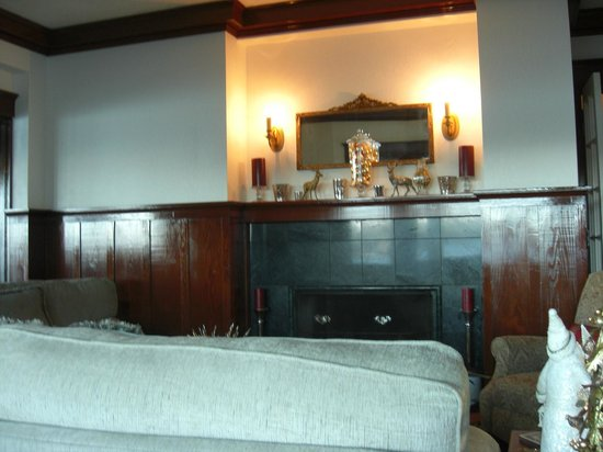Cedar Cove Inn: Living Area
