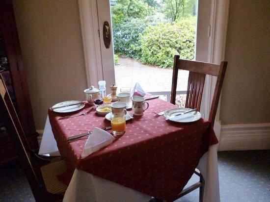 Broomelea Bed & Breakfast: Breakfast table setting