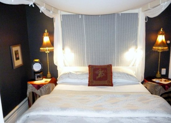 Broomelea Bed & Breakfast: Four poster bed