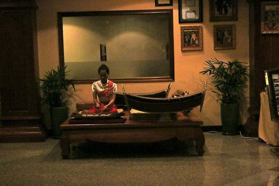 Angkor Era Hotel: Traditional music in the lobby was beautiful