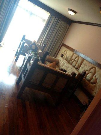 Angkor Era Hotel: Family room living area