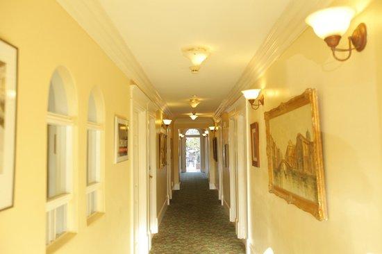 Santa Paula Inn: 1st floor Hallway