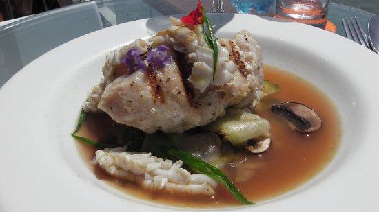Cala Restaurante: Pavé de Mérou et Calamars Grillés, Légumes Verts Tombés, Jus Corsé de Coquillages