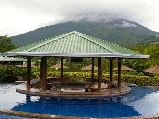 Arenal Manoa Hotel: View from the pool, you can kinda see the volcano