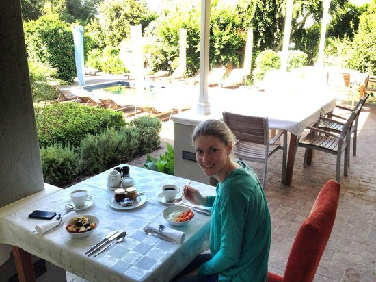 Plumwood Inn: Breakfast on the veranda near the pool