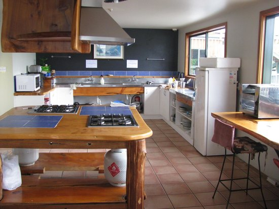Dusky Lodge & Backpackers: One of the kitchens