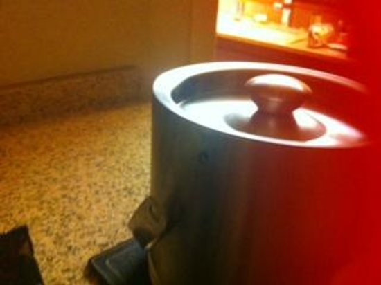 DoubleTree by Hilton Hotel Jackson: Broken handle on ice container.