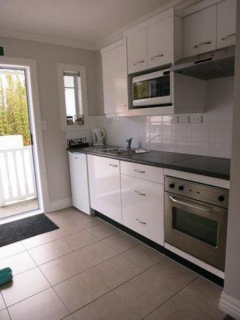 Kerikeri Park Lodge : ココア、紅茶、コーヒーなど備え付けの飲み物も充実。調理器具や食器類も新しく、一通り揃っていました。