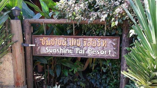 Sunshine Pai Resort : ป้ายหน้าโรงแรม
