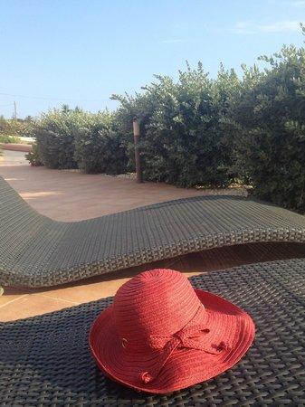 Sa Barrera: Лежаки у бассейна