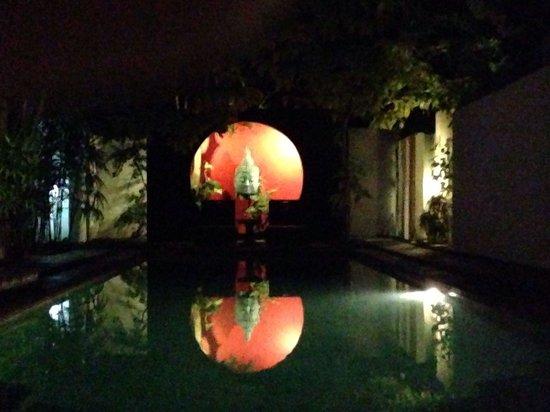 Arvina Villas: La piscine en pierre de lave surveiller par booddha