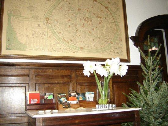 Hotel de Goezeput: Entrance with old map of Bruges