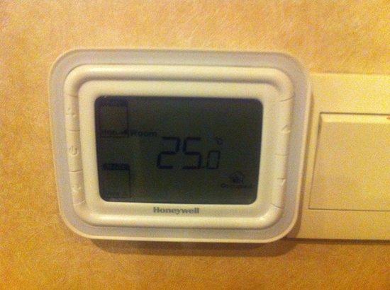 Radisson Blu Hotel Shanghai New World: A days lowest room temperature (with open windows).