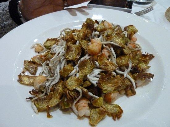 Restaurante Salzillo: Crujiente de alcachofa con gulas y gambas salteadas