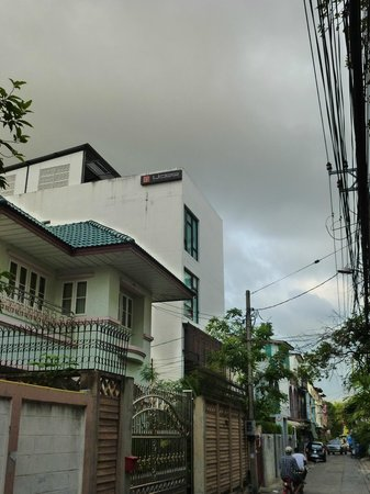 Udee Bangkok Hostel: View from the street