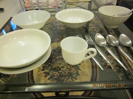 Cordia Residence Saladaeng: 1 teacup, no saucer, 1 spoon, 1 small bread-plate, lots of bowls and some spoons & forks.