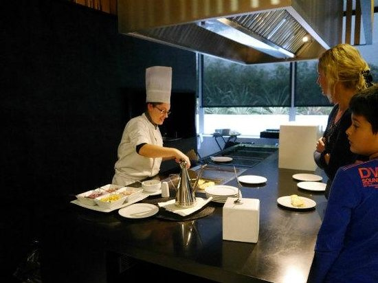 Barcelo Sevilla Renacimiento: Breakfast and live-kitchen