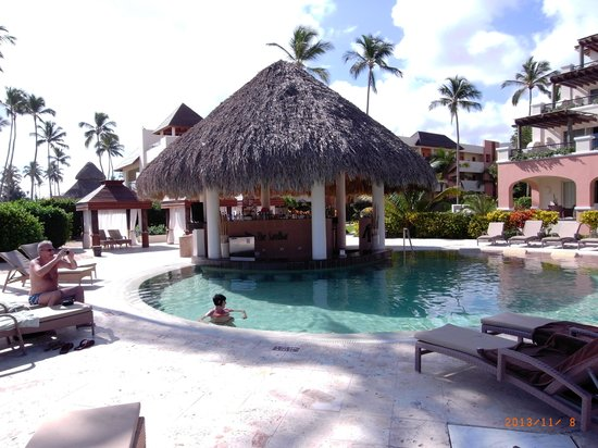 Secrets Royal Beach Punta Cana: Preferd club pool and bar