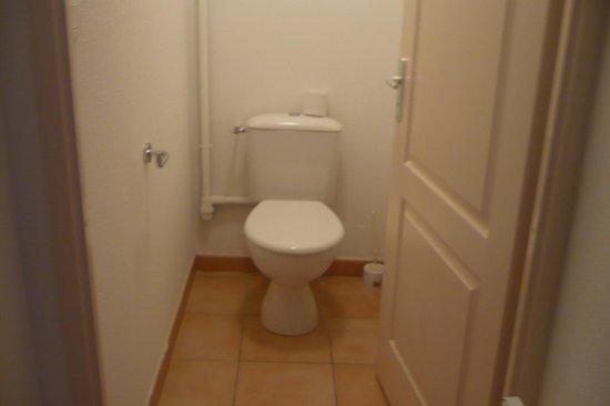 Cerise Carcassonne Sud : WC Separado de la ducha