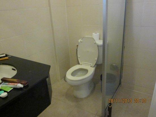 Cordia Residence Saladaeng: Shower, toilet & washbasin