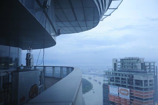 Bitexco Financial Tower - Saigon Skydeck: вид из окна площадки
