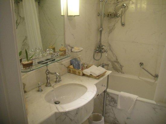 Taj Lake Palace Udaipur: Small bathroom